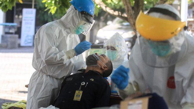 Satgas Covid-19 menyebut, dari 40 besar daerah dengan kasus positif dan kematian akibat virus corona tertinggi, Kota Surabaya menempati peringkat pertama.
