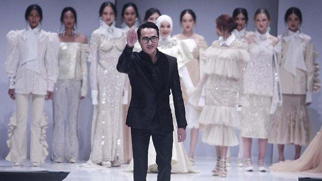 Desainer kenamaan Indonesia, Barli Asmara meninggal dunia pada usai 42 tahun pada Kamis (27/8).