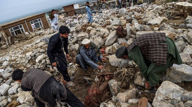Banjir bandang dan longsor di utara dan timur Afghanistan akibat hujan deras dilaporkan merenggut nyawa sekitar 100 orang.