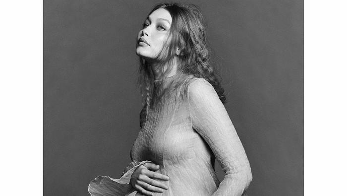 Gigi Hadid Pamer Foto Maternity dengan Gaun Transparan