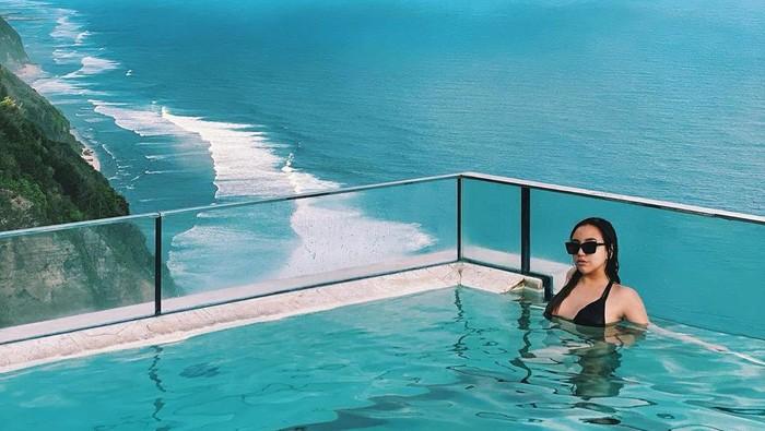 Tampak seksi dalam balutanswimsuithitam, potret mantan istri Taqy Malik saat berendam di kolam renang ini juga mendapat sorotan dari warganet. Banyak yang mengomentari penampilan seksinya, namun tak sedikit pula yang justru salah fokus pada pemandangan indah di belakangnya.(Foto: instagram.com/salmafinasunan)