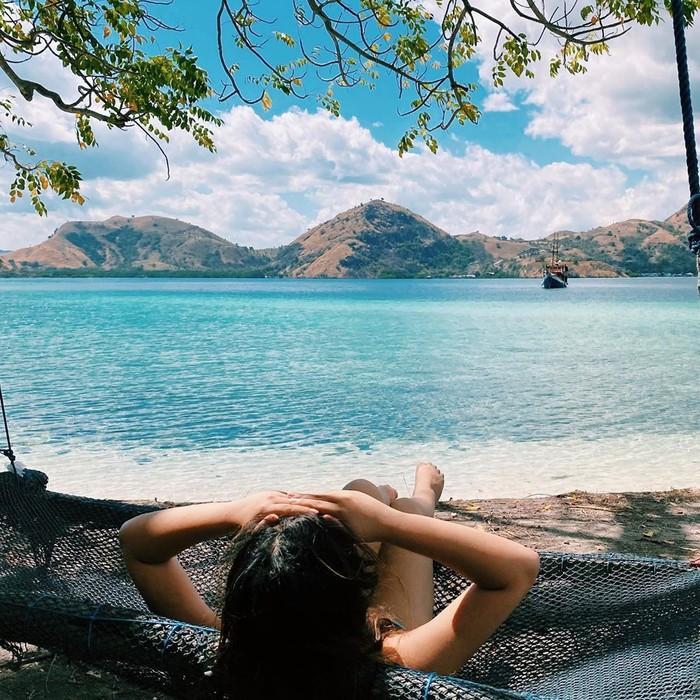 Menikmati pemandangan indah dari tepi pantai, Salmafina terlihat santai saat berbaring di atas ayunan jaring. Kulitnya yang terekspos menunjukkan bahwa ia juga mengenakan pakaian minim dalam potretnya yang satu ini. Liburan ini menjadi salah satu cara untuk menghilangkan rasa penat setelah pandemi virus Covid-19.(Foto: instagram.com/salmafinasunan)