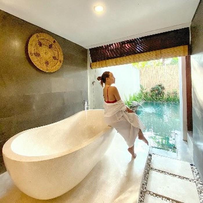 Potret Salmafina Sunan seksi saat berada di villa Bali ini juga menuai beragam komentar hingga ia akhirnya memutuskan untuk menutup kolom komentar.Dianggap terlalu berani, ia tampak berpose di pinggiranbathtubdenganswimsuitmerah yang setengahnya terbalut jubah mandi.(Foto: instagram.com/salmafinasunan)