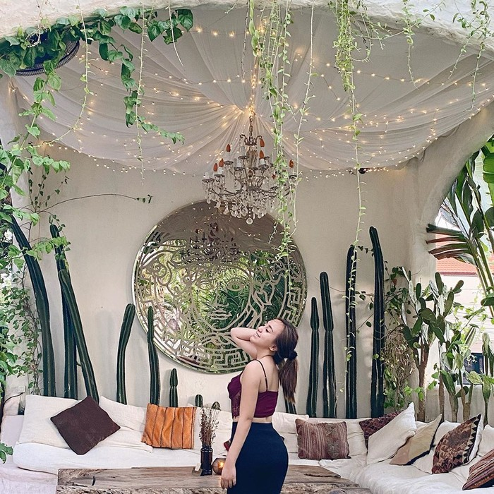 Liburan musim panas kurang lengkap rasanya jika tidak mengenakancrop top. Dalam potret liburan kali ini, wanita yang akrab dipanggil Alma ini tampil santai dengan memadukancrop topdanleggingyang ketat sehingga lekuk tubuhnya yang terlihat.(Foto: instagram.com/salmafinasunan)