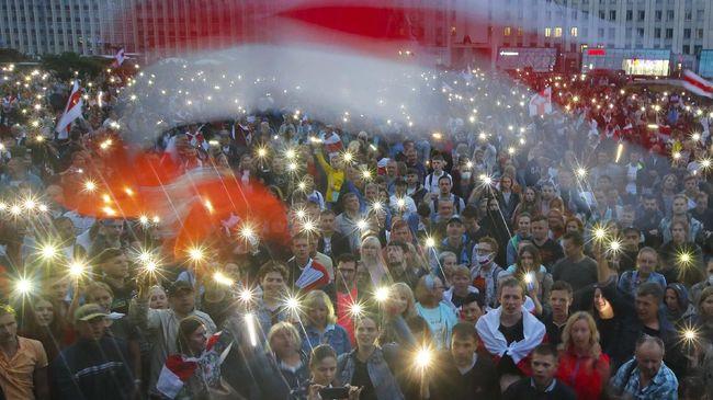 Aksi unjuk rasa itu sendiri diikuti setidaknya dua ribu perempuan menuntut Presiden Alexander Lukashenko mengakhiri kekuasaannya.