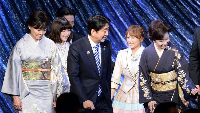Shinzo Abe meninggalkan jejak di banyak lini ketika mundur pada Jumat (28/8). Di lini hiburan, Abe akan diingat karena melibatkan AKB48 dalam iklan militer.