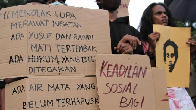 Sebelas bulan berlalu kasus penembakan dua mahasiswa atas saat demo tolak RKUHP, baru satu tersangka penembakan mahasiswa bernama Randi yang disidangkan.
