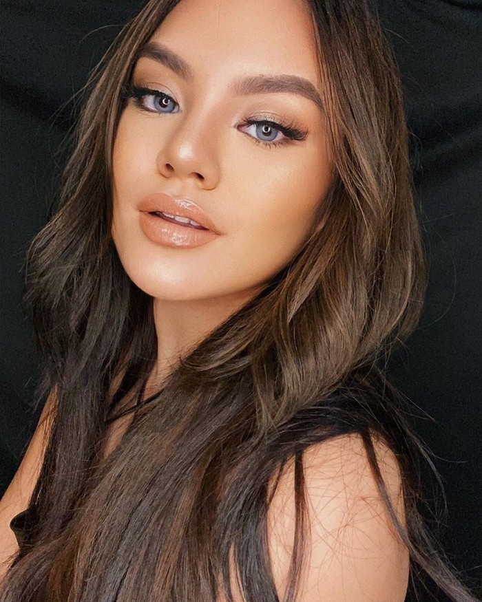 Sama dengan Kylie Jenner yang menyukai dan kerap mengaplikasikan lipstiknude, Shafa juga menggunakan lipstiknudepadamakeupini yang membuat riasannya makin mirip dengan ibu Stormi Webster itu. Terlihat juga kulit sawo matang yang menjadikan Shafa terlihat lebih stunning! (Foto: www.instagram.com/shafaharris)