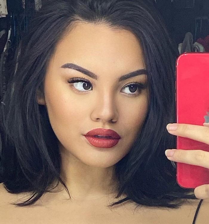 Ketika memakai lipstik merah, Shafa juga dibilang mirip dengan Kylie. Remaja yang viral dan terkenal karena melabrak Jennifer Dunn itu tampak seksi melakukanselfie mirrormenunjukkan hasilmakeup-nya. (Foto: www.instagram.com/shafaharris)
