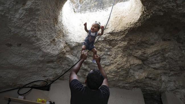 FOTO: Warga Palestina Tinggal di Gua Setelah Diusir Israel
