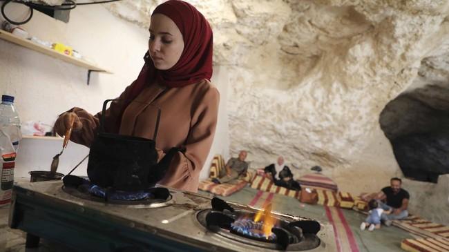 Sejumlah warga Palestina di utara tepi Barat terusir dari rumah mereka yang dirampas dan dihancurkan Israel. Mereka kini tinggal di gua.