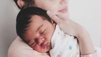 <p>Dengan kelahiran putri pertamanya, Rianti Cartwright tampak sangat menikmati peran barnya sebagai ibu lho, Bunda. (Foto: instagram @casalfonso, @riantic)</p>