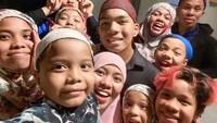 <p>Punya 11 anak tak membuat Halilintar Asmid dan Lenggogeni Faruk repot. Mereka selalu terlihat bahagia menikmati waktu bersama anak-anak. (Foto: Instagram @genhalilintar)</p>