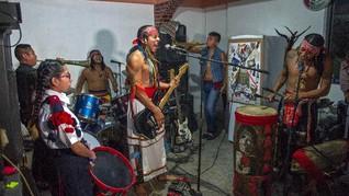 FOTO: Melestarikan Budaya Leluhur Lewat Musik Punk