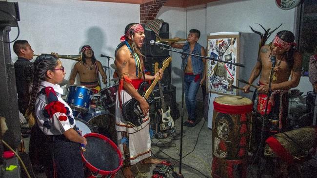 Los Cogelones merupakan salah satu band punk asal Meksiko yang melestarikan budaya leluhur dengan memadukan musik modern dan nuansa tradisional suku Aztec.
