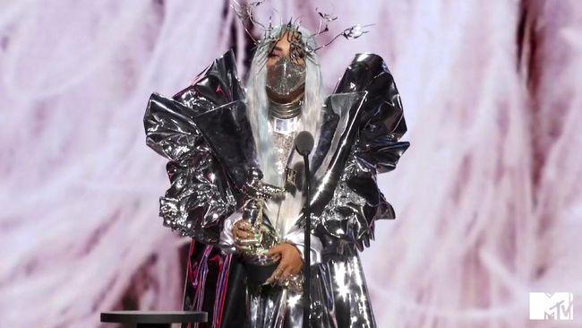 Saat dinobatkan sebagai Artist of the Year di MTV VMA 2020, Lady Gaga memakai masker kain rancangan Mety Choa dari label Maison Met.