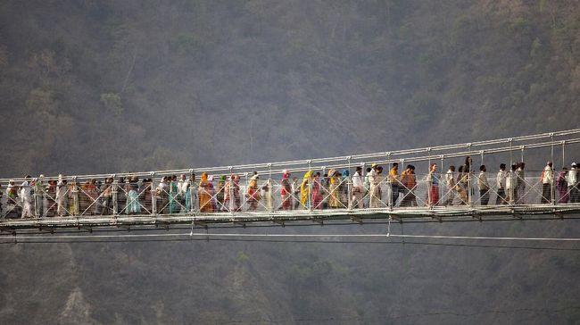 Lakshman Jhula disebut jembatan suci karena berada di atas aliran Sungai Gangga. Personel The Beatles sempat melintasinya untuk menuju ke ashram.