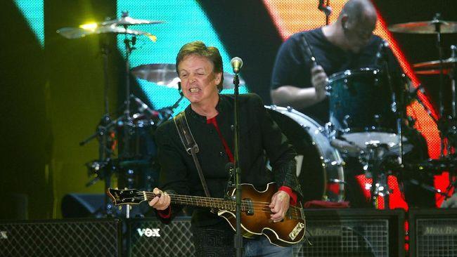 Pada The Sun Paul McCartney pernah menyebut dirinya amat menginginkan vaksin Covid-19, karena dirinya secara usia masuk dalam kategori prioritas.