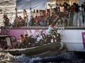 FOTO: Penyelamatan Imigran Dengan Kapal Sumbangan Banksy