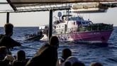 Seniman grafiti asal Inggris, Banksy, mengerahkan kapal untuk menyelamatkan para imigran di Laut Mediterania.