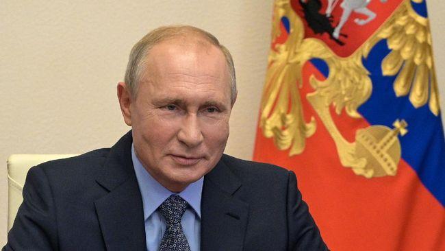 Presiden Rusia Vladimir Putin hanya terkekeh ketika ditanya tanggapan atas sebutan pembunuh yang dilontarkan Presiden AS Joe Biden.