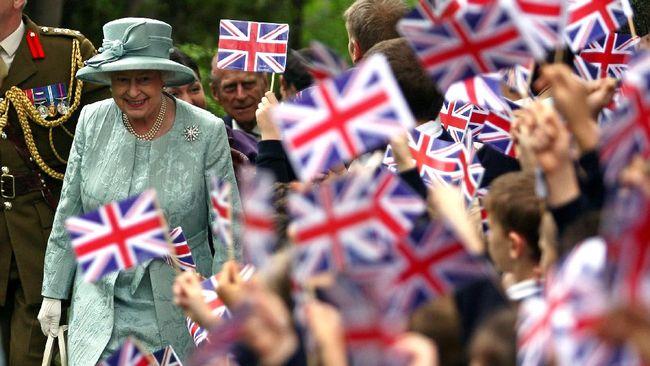 Keluarga kerajaan Inggris, Ratu Elizabeth II, disebut kesulitan keuangan karena pandemi corona. Karenanya, kerajaan akan memangkas pengeluaran.