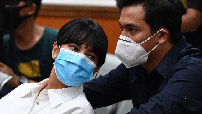 Mertua Vanessa Angel, Dewi Zulianti, menangis lihat Vanessa Angel masuk Rutan Pondok Bambu, Rabu (18/11), dan berpisah dari anaknya.