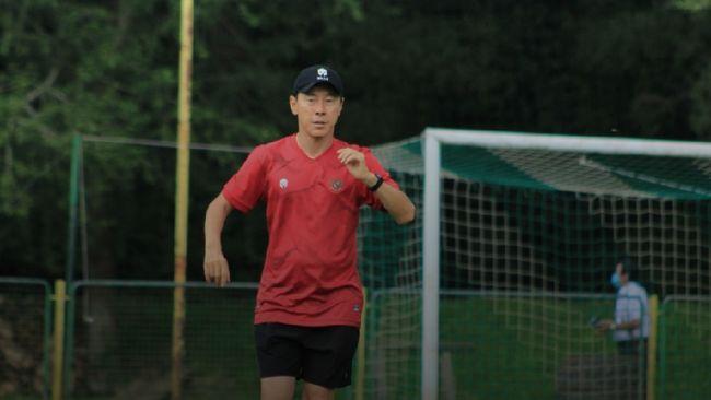 Shin Tae Yong melontarkan kritik mengenai pemain-pemain Indonesia yang terbiasa lambat ketika sedang berbincang bersama Asnawi Mangkualam.