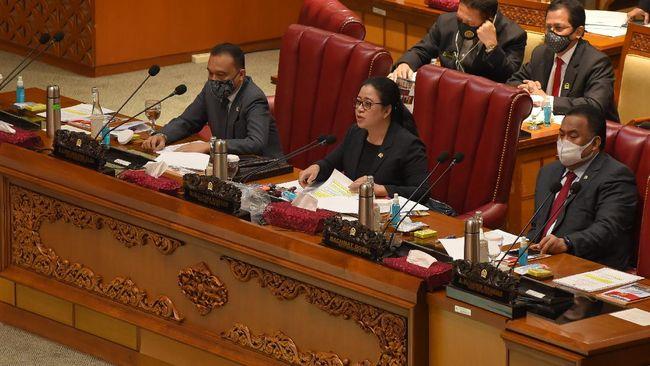 DPR mengesahkan RUU MK menjadi UU. Revisi kali ini meliputi kedudukan, susunan, dan kewenangan MK, hingga perubahan masa jabatan ketua dan wakil ketua MK.