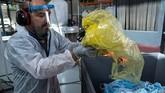 Perusahaan startup Prancis mengubah sampah masker sekali pakai menjadi plastik daur ulang.