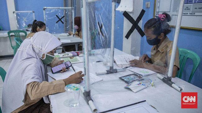 Sejumlah orang tua mengaku masih khawatir mengizinkan anaknya ke sekolah di tengah pandemi corona yang dinilai belum benar-benar terkendali.