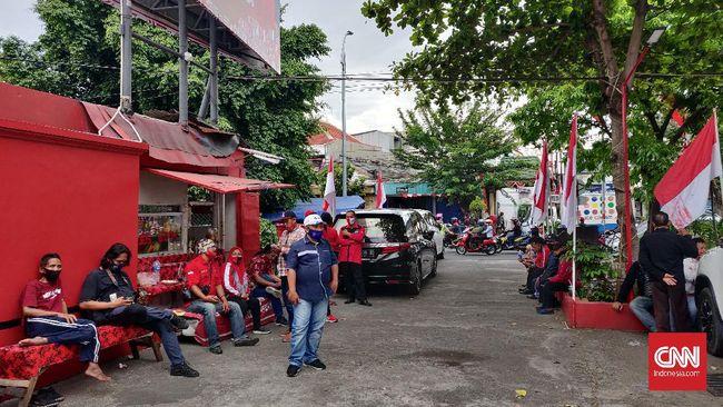 Pendukung dan simpatisan Whisnu Sakti Buana memprotes keputusan PDIP yang tak mengusung Whisnu pada Pilwalkot Surabaya 2020.