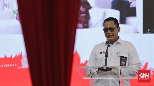 Dirut Bulog Buwas menargetkan bansos beras diberikan langsung ke penerima sebelum 30 Juli 2021 untuk mengurangi beban masyarakat di tengah PPKM.