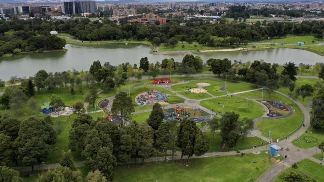 Kolombia kembali membuka bandara, terminal bus, restoran, pusat kebugaran, taman, dan sejumlah fasilitas publik lain seiring dengan stabilnya kasus corona.
