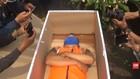 VIDEO: Tak Gunakan Masker, Warga Tidur di Peti Mati