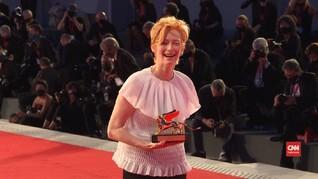 VIDEO: Tilda Swinton Raih Golden Lion di Venice Film Festival