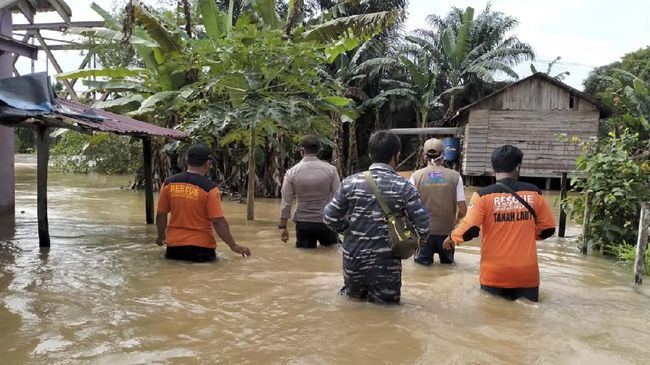 Banjir masih mengepung sebagian wilayah Kalsel akibat hujan deras yang mengguyur sejak beberapa hari lalu.