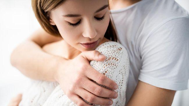 Seks atau bercinta bukan cuma soal kesenangan, tapi juga kesehatan. Oleh karenanya ada alasan dan manfaat berhubungan seks tiap minggu.