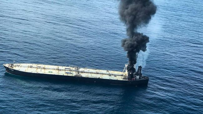 Kapal tanker minyak Yunani yang berlabuh di pelabuhan Shuqaiq, Arab Saud kena ledakan yang berasa dari kapal pemberontak Houthi Yaman.