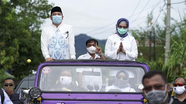 Pasangan calon wali kota dan wakil wali kota dari sejumlah daerah secara serentak mendaftarkan diri dengan melakukan konvoi bersama pendukung di tengah pandemi.