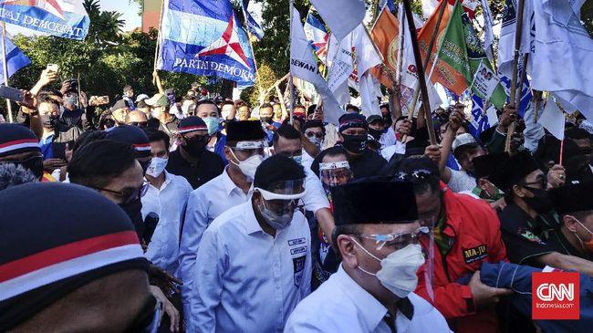 KPU Surabaya menggelar acara deklarasi kampanye damai. Namun, para peserta pilkada yang hadir justru saling menyindir saat memberikan sambutan.