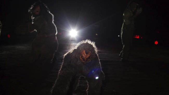 Pandemi virus corona memaksa pengelola taman hiburan mengadaptasi 'rumah setan' dengan mode lantantur alias drive-thru.