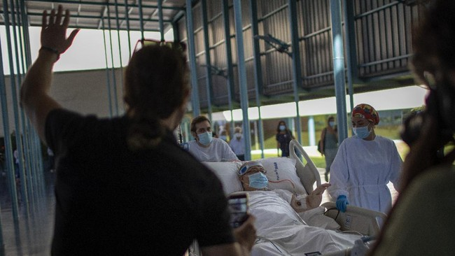 Rumah sakit di Spanyol memberikan terapi jalan-jalan untuk pasien Covid-19 guna membantu pemulihan pasien.