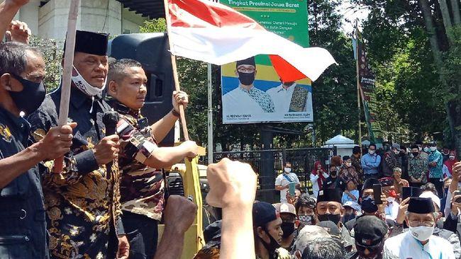 Mantan Panglima TNI Gatot Nurmantyo terlihat bergabung dalam aksi massa KAMI, dan ikut berorasi di depan Gedung Sate, Kota Bandung.