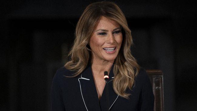 Ibu Negara AS, Melania Trump, meresmikan pemugaran lapangan tenis Gedung Putih beberapa pekan menjelang lengser.