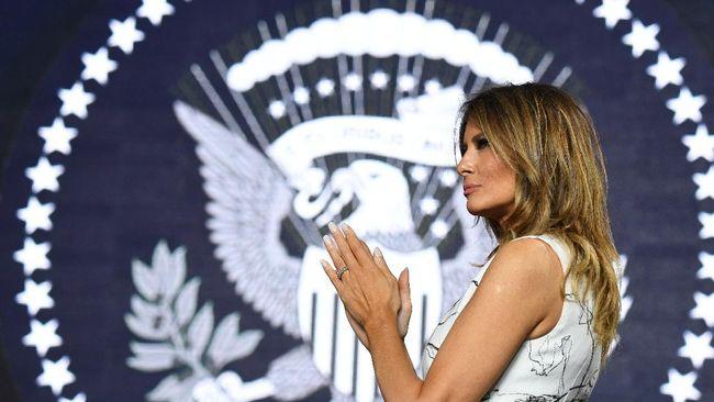 Ibu negara, Melania Trump dikabarkan mengalami batuk hingga harus membatalkan rencana untuk tampil dalam kampanye suaminya, Donald Trump.