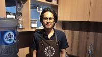 <p>Jarang tersorot kamera, Raka ternyata sukses berbisnis. Ia diketahui seorang barista dan memiliki usaha bisnis kopi. (Foto: Instagram @raka.widyarma)</p>