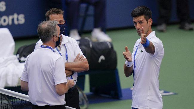 Petenis nomor satu dunia, Novak Djokovic didiskualifikasi dari grand slam Amerika Serikat Terbuka usai memukul bola ke arah hakim garis.