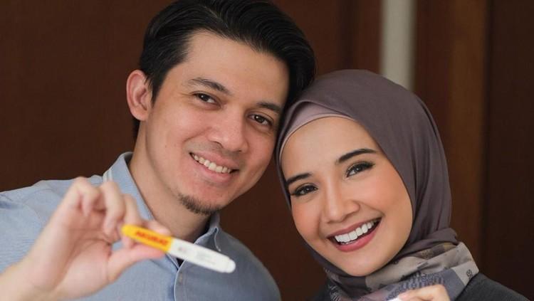 Kebahagiaan pun terpancar jelas di wajah pasangan yang menikah pada 15 Januari 2011 ini. (Foto: Instagram @zaskiasungkar15)