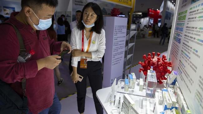China memamerkan vaksin corona buatan mereka sendiri untuk pertama kali yang diproduksi Sinovac Biotech dan Sinopharm di Beijing.